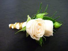 Trong ngày lễ Vu Lan, nếu cha mẹ đều còn sống, những người con thường chọn mẫu hoa cài vu lan là hoa hồng màu đỏ. Tuy nhiên trong trường hợp một trong hai người cha hoặc mẹ đã qua đời, bạn nên cài một bông hoa hồng đỏ nhạt màu hơn, hoặc sử dụng hoa hồng có màu hồng để thay thế. liên hệ cung cấp hoa tươi Tp. HCM : 0901656115 Rose, Flowers, Plants, Pink, Plant, Roses, Royal Icing Flowers, Flower, Florals