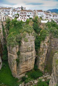 Vida en el borde - #Ronda , #España  Alquilar un coche en alquiler para visitar España para reservar alquilatucoche.com