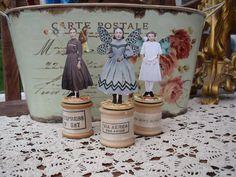 Cotton Reel Cuties, by Amanda Howard of Maygreen Fairies sewing fairy Wooden Spool Crafts, Wooden Spools, Paper Art, Paper Crafts, Arts And Crafts, Art Fil, Etiquette Vintage, Fairies Photos, Fairy Jars