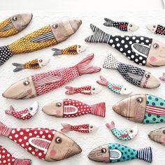 Pesci d'aprile. Paper Mache Clay, Paper Mache Sculpture, Paper Mache Crafts, Fish Sculpture, Clay Art, Fabric Fish, Wood Fish, Fish Crafts, Ideias Diy