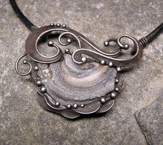 Krajinou snů... - na přání Šperk je vyroben z chalcedonové růže a z cínu. Je patinovaný, leštěný a povrchově ošetřen. Zavěšen na kulaté kožené šňůrce v délce 46 cm. Velikost šperku je při zavěšení 5,8 x 5 cm.