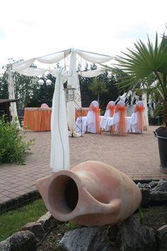 A terakota edény színe adta az ihletet, ehhez a szabadtéri esküvőhöz.