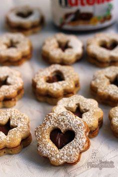 Amanteigados, com gostinho de amêndoas e recheio de Nutella! Esses biscoitos linzer com Nutella vão te surpreender!!!