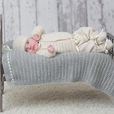 DG310-02 Theo & Thea Hentesett | Dale Garn Tekstiler, Bassinet, Design, Crafts, Manualidades, Threading, Crib, Baby Crib