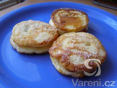 Rychlé lívance potřené marmeládou a ozdobené sladkou šlehačkou.
