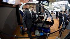 """Un auto que se achican para estacionar, es el futurístico de dos asientos y color azul cobalto """"pod""""."""
