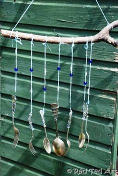 Kids can make their own simple Beaded Utensil Windchimes from old utensils. Recycled kids crafts like this lovely windchime are great low-maintenance homemade musical instruments that kids can make. Music Instruments Diy, Instrument Craft, Homemade Musical Instruments, Carillons Diy, Decoration Creche, Garden Decorations, Wind Chimes Craft, Music Crafts, Music Wall