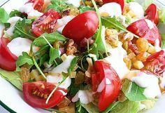 Tomatoes, rucola, raisins, spekjes, walnuts, cheese and yoghurt dressing salad.  #boerensalade #salad #salatka #jemzdrowo #pyszne #lekker #gezond #healthyeating #yum #eten