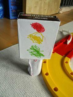 Kinderwerkelei: Ampel aus Toilettenpapierrolle und Schachtel / Kid's crafts: Traffic light made from toilet paper roll and box / Upcycling