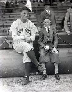 Lou Gehrig and fan New York Yankees Baseball, Ny Yankees, Sports Baseball, Baseball Players, Baseball Wall, Baseball Quotes, Baseball Cards, Equipo Milwaukee Brewers, Baseball Batter