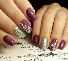 manicure natalizia realizzata con smalto viola lucido e opaco, glitter e  perline