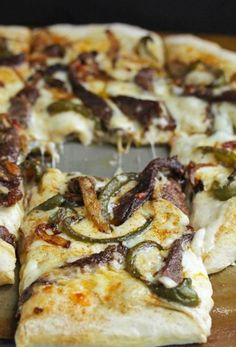 This homemade Philly Cheese Steak Pizza fuses together with the flavors of Philadelphia Cheese Steaks to make the ultimate comfort food. Made with creamy alfredo sauce, tender steak and melty provolone, each bite is decadent and rave-worthy. Great Recipes, Dinner Recipes, Favorite Recipes, Quiches, Pizza Lasagna, Pizza Pizza, Pizza Party, Pizza Cheese, Flatbread Pizza