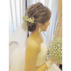 どんなスタイルがあるのか知っておこう!ブライダルヘアアレンジ基本の全10種類にて紹介している画像 Wedding Tiara Hairstyles, Bridal Hairdo, Hair Arrange, Wedding Flowers, Wedding Dresses, Bridal Style, Veil, One Shoulder Wedding Dress, Hair Beauty