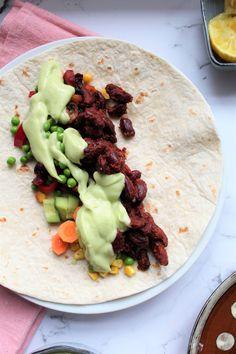 Tortilla med bagte rodfrugter, stegte bønner og avokadodressing