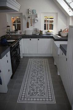 10 ideas for modern kitchen tile patterns - Painted floor tiles New Kitchen, Kitchen Dining, Kitchen Decor, Kitchen Cabinets, Kitchen Black, Compact Kitchen, White Cabinets, Cupboards, Küchen Design
