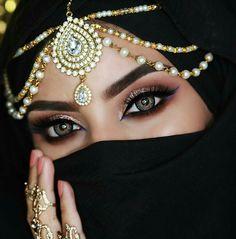 Girl with a beautiful eyes Arabian Eyes, Arabian Makeup, Arabian Beauty, Arabian Nights, Pearl Headpiece, Headpiece Jewelry, Jewellery, Indian Makeup, Braut Make-up