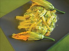 Ricetta rapidissima da preparare ma molto gustosa per la presenza dei 3 ingredienti (fiori di zucca, zucchine e zafferano), sarà bellissima da vedere per il contrasto tra il verde delle zucchine e il giallo arancio dei fiori e dello zafferano.