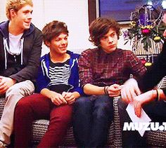 That time an interviewer touched Louis' leg and Harry had to touch it to claim his territory. | 46 Times Harry Styles And Louis Tomlinson Proved They Belong Together
