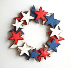 4th of july cookie wreath centerpiece.  I think this would be cute in Felt, double layer, stitched around the edges.