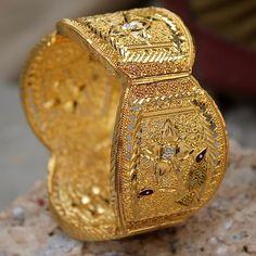 Gold Jewelry Design In India 14k Gold Jewelry, I Love Jewelry, Jewelry Design, Gold Bangles Design, Gold Earrings Designs, Marriage Jewellery, Jewelery, Bangle Set, Bangle Bracelets