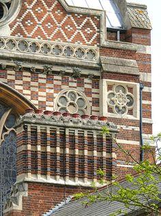 18. Keble College, Chapel, Oxford - Architect: William Butterfield, 1876. Butterfield muestra continuidad en el juego cromático de ladrillos, profundiza en la utilización de elementos del gótico italiano o del estilo normando, como son las arquearías ciegas o el ajedrezado superior de la fachada.