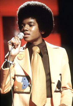 A young Michael Jackson performs live with the Jackson 5 in February 1975 in London, England. Get premium, high resolution news photos at Getty Images Janet Jackson, Young Michael Jackson, The Jackson Five, Jackson Family, Music Icon, Soul Music, Oprah Winfrey, Costumes Bleus, Hiphop