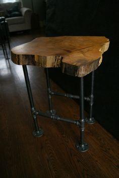 Table d'extrémité de bord naturel Elm par RocksandRootsAccents