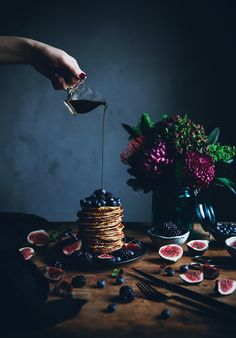 flowers styling - food styling and photography ideas - Ricotta pancakes amp; flowers styling food styling and photography ideas - Food Design, Pancakes Ricotta, Mini Pancakes, Blueberry Pancakes, Blueberry Breakfast, Waffles, Dark Food Photography, Photography Ideas, Breakfast Photography
