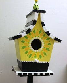 I wanted to share with you these Cute birdhouses that my Mother in Law paints. She is so talented with a paint brush. Decorative Bird Houses, Bird Houses Painted, Bird Houses Diy, Painted Birdhouses, Bird House Plans, Bird House Kits, Bird House Feeder, Bird Feeders, Birdhouse Designs
