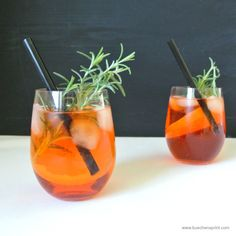 Rosemary-infused Grapefruit-Aperol spritz 1 Grapefruit, Juice of half 1 Sprig Rosemary 1 Ice cubes 1 Prosecco Aperol - 4cl