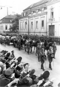 After his assassination, Reinhard Heydrich's swastika draped coffin was mounted on a gun carriage and taken to the Invalidenfriedhof for burial - Good Riddance! Munich Agreement, Military Units, Catholic Priest, The Third Reich, Total War, World War Ii, Ww2, Germany, Coffin