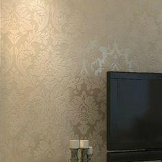 papier peint à motifs baroques, couleur beige