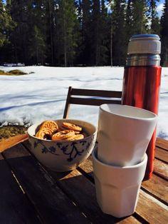 Röd kaffetermos på såpskurat bord, vitt porslin och syltkakor!  Beställ #VästerbottensSåpa här: http://vasterbottenssapa.se/produkt-kategori/sapa/  #RentHus #Tradition #Återbruk #Vilhelmina #Siksjönäs #Såperiet #Blogg #Städa #Tvätta #Såpa #Tradition #Återbruk #Industri #LivetPåLandet #Västerbotten #Sweden #Vilhelmina #Inredning #lantligt #LivetPåLandet #IrisHantverk #Såpa #VästerbottensSåpa #Lantligt #Livetpålandet #Trädgård #Garden #Västerbotten