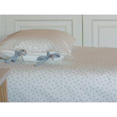57'60€ Conjunto de Funda nórdica y almohada para cama de 80 o 90 cm diseñado por Bonamint y confeccionado en España. La parte superior con tela estilo escandinava estampada en triángulos grisessobre fondo blanco roto y la parte inferior lisa en color blanco roto. Lleva cintas grisesa juego con el estampado tanto en funda nórdica como en almohada.  Medidas:   150 x 220 cm (funda nórdica)             50 x 75 cm (almohada) Composición:   Parte superior: 70% algodón 30%…