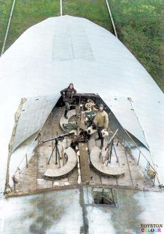 Süße Dunkelheit: PhotoTwo crewmen standing in the forward defensive machine gun position on top of a German Zeppelin, c. Zeppelin, Military Photos, Military History, Ww1 History, War Machine, Machine Guns, World War One, Wwii, Aircraft