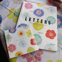 【本とコーヒー tegamisha】 イイダ傘店さんのお花のイラストが華やかなこちらの3つは、今年発売された『LETTERS vol.2』と、もみじ市を記念して制作したCDとハンカチ。CDは、本とコーヒーtegamishaの店内でもBGMとして流れています。コーヒータイムを素敵に彩る音楽がたくさんつまっているので、これからの季節ゆっくりお家で聴いてみてはいかがでしょうか。 *こちらの3商品はオンラインサイトでも取り扱い中です。http://tegamisha.shop-pro.jp #手紙社 #手紙舎 #本とコーヒー #イイダ傘店 #もみじ市 #CD #LETTERS #コーヒータイム