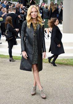 Kate Moss, Cara Delevingne og Sienna Miller var blandt det stjernespækkede publikum ved Burberrys SS16-show under Londons modeuge