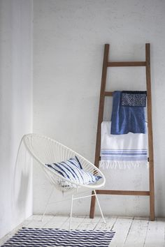 The Lab on the Roof: Home Deco Inspiration in White and Indigo Blue Home Design, Diy Design, Design Ideas, Acapulco Chair, Blue Is The Warmest Colour, Futons, Tiny Apartments, Country Blue, Blue Wood