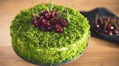 Tort szpinakowy z wiśniami