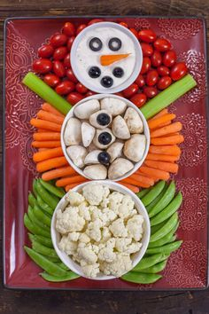 This Christmas Veggie Tray Snowman is easy enough for kids to make, and too cute. - This Christmas Veggie Tray Snowman is easy enough for kids to make, and too cute. Christmas Veggie Tray, Christmas Cheese, Christmas Bread, Christmas Snacks, Christmas Brunch, Xmas Food, Christmas Cooking, Christmas Fruit Ideas, Xmas Ideas