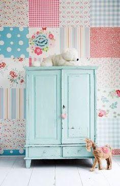 Azul claro e delicado no armário retrô