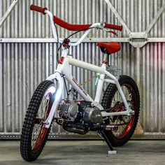 A most unusual creation from Lossa Engineering: a Honda-powered Redline BMX bike, with a engine and fuel stored in the fat top tube. It's capable of 50 mph in the right (brave) hands. C90 Honda, Honda Cub, Moto Bike, Motorcycle Bike, Bmx Seats, Soichiro Honda, Velo Cargo, Motorised Bike, Ride Out