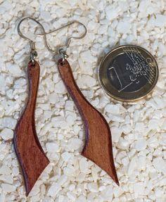 schöne Ohrhänger aus mehrfach verleimten Birkenholz von AtelierSinger auf Etsy