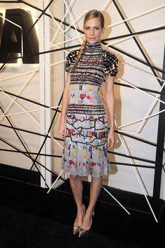 Auch Poppy Delevingne wählt schlichte Metallic-Heels, immerhin ist das Kleid schon ein Kunstwerk für sich und braucht kaum Accessoires