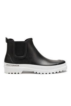 The Stutterheim Rainwalker is based on the timeless silhouette of a Chelsea boot. By adding a contrasting sole, the Stutterheim design team have updated this classic style, achieving a contemporary, eye-catching aesthetic. <br> <br> Hand-made from natu