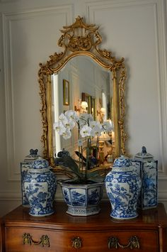 Blue and White Motif Ideas. Blue & White decor ideas. Beautiful blue & white vignette. Chinoiserie mirror is from Freidman Brothers. Via The Enchanted Home