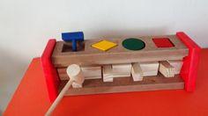 Brinquedo educativo de madeira, feito em MDF e pinus.  Este brinquedo assemelha-se a um pianinho onde a criança bate com o martelinho nas teclas e as mesmas fazem pular as formas: quadrado, círculo, retângulo e losango, que são coloridas nas cores azul, amarela, verde e vermelha.  Excelente brinquedo educacional produzido artesanalmente em MDF e pinus para incentivar a coordenação motora da criança, ao mesmo tempo em que reforça o aprendizado sobre as cores e as formas.    SUPER PROMOÇÃO 20%…