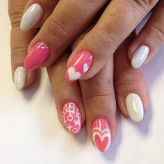 Rózsaszín valentin napi köröm, fehér szívminta xoxo