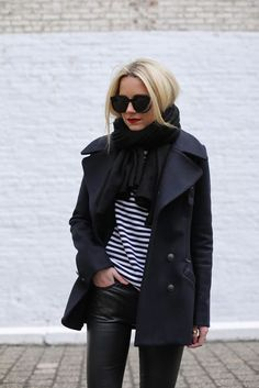 a bold casual look with a striped top, blakc leather leggings, a navy wrap coat, a striped top and a black scarf Peacoat Outfit, Black Coat Outfit, Navy Wool Coat, Navy Pea Coat, Preppy Mode, Preppy Style, Schwarzer Mantel Outfit, Caban Bleu Marine, Pea Coats Women