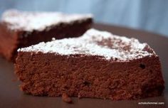 Schokokuchen wie Schoko-Mousse - ohne Mehl  Zutaten 3 Eier 100 g dunkle Schokolade (meine : 73% Kakaogehalt) 1 EL Milch 75 g Butter 2 gestrichene EL gemahlene Haselnüsse (alternativ: Stärke) 2 gestrichene EL Zucker Puderzucker zum Bestäuben